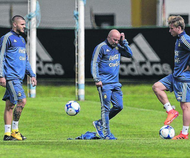 El Zurdo pensador. Sampaoli se rasca la pelada durante el entrenamiento mientras Icardi y Biglia observan con atención.