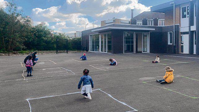 El distanciamiento en un patio escolar de Francia