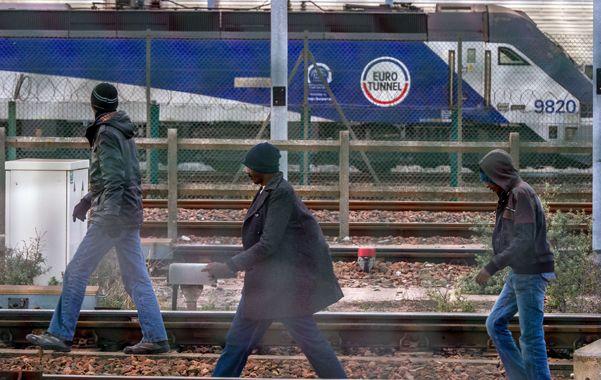"""Riesgosa fuga. """"Sin papeles"""" que huyen de la guerra y la pobreza de Africa intentan cruzar el Eurotúnel: la meta es una vida mejor en el Reino Unido."""
