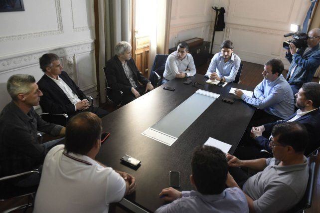 En pleno reunión. El ministro Pullaro junto a los dirigentes de Newells y Central en la Gobernación.