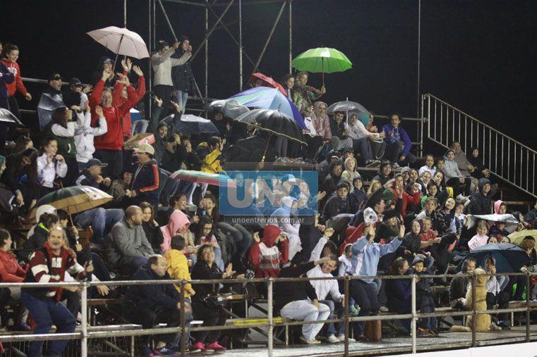 No culpes a la lluvia. El público paranaense lo disfrutó a pesar de las condiciones del tiempo. Con o sin paraguas