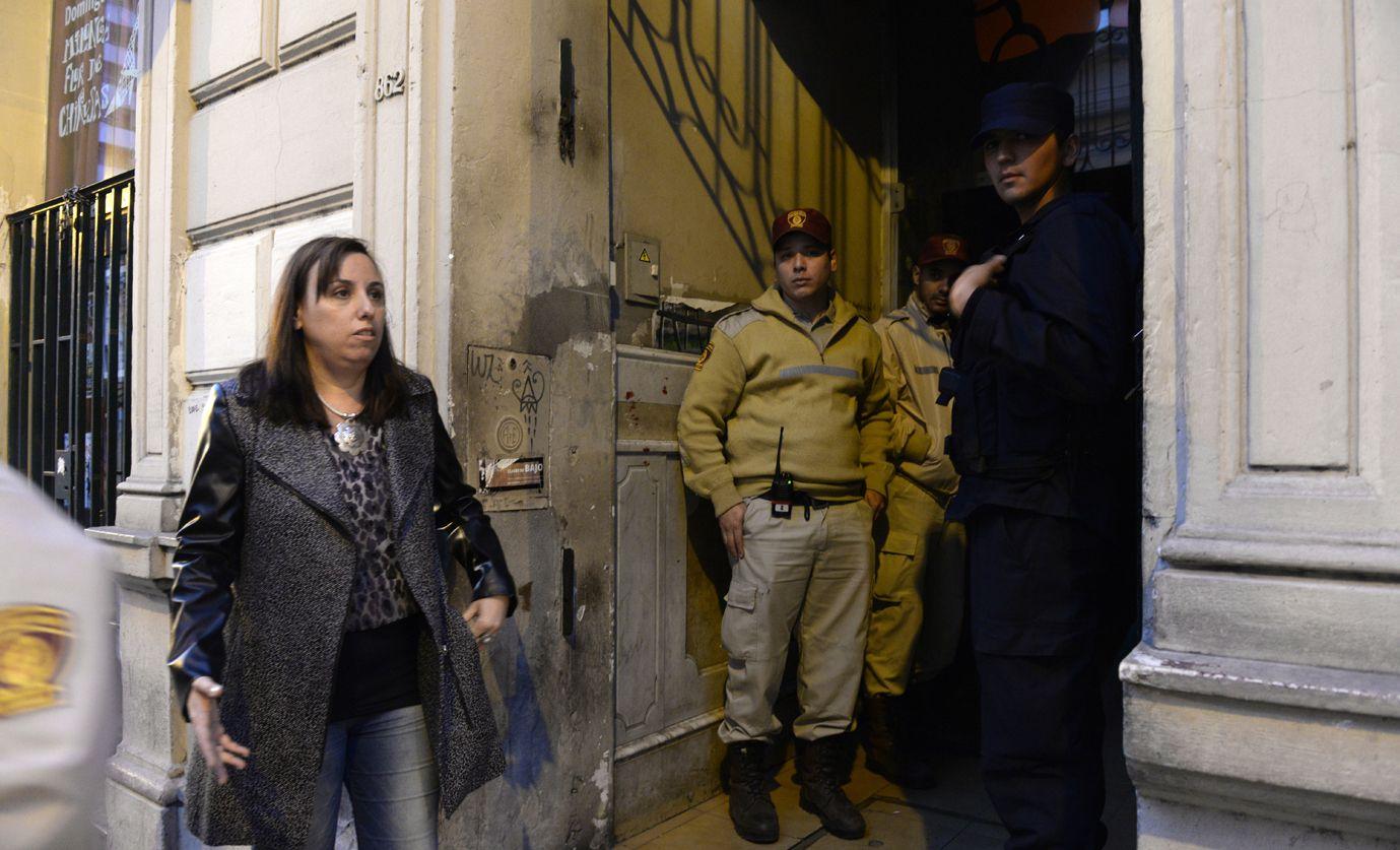En el lugar. La fiscal Valeria Piazza Iglesias estuvo ayer en el Café de la Flor y ordenó el secuestro de material importante para la investigación. (Foto: S.Salinas)