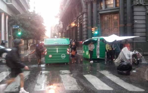 La lluvia no detuvo a los manifestantes que cortan Sarmiento y Santa Fe. (Foto: S. Suárez Meccia)