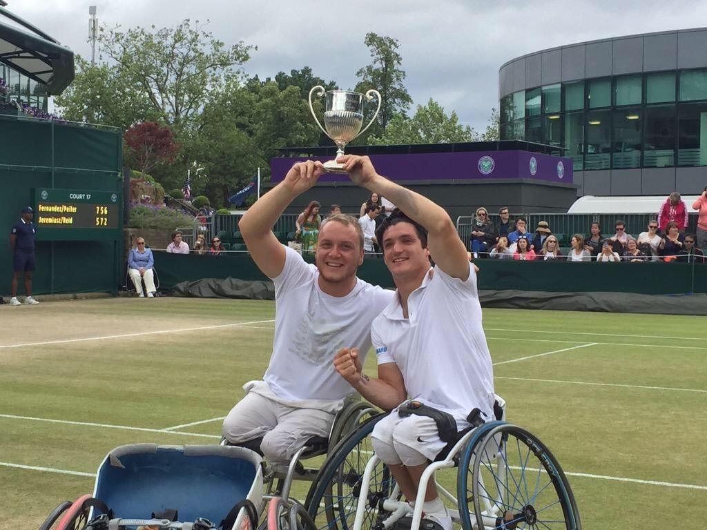 Invencibles. Peifer y Fernández muestran orgullosos el trofeo en Wimbledon.