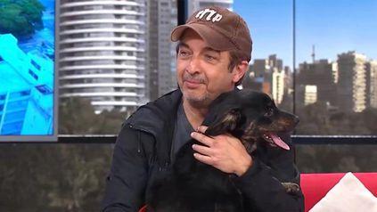¡Mirá quién vino! Darín apareció en pleno programa de TV con un perro en sus brazos.