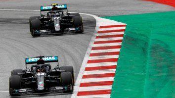 Hamilton adelante, Bottas atrás. Lo único que cambió fue el color de los Mercedes, ahora negros por un pedido del campeón en su lucha contra el racismo.