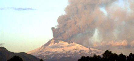 El volcán Llaima sigue en erupción y lanza lava hacia Argentina