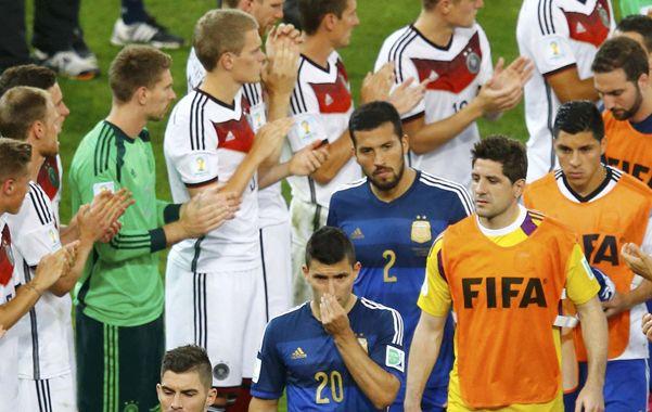Los jugadores argentinos se dirigen a recibir las medallas de subcampeones