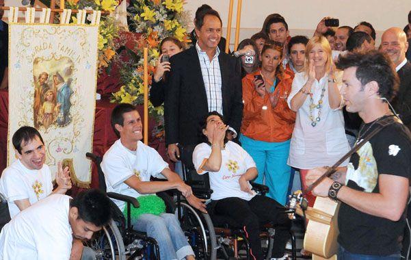 Lejos de la polémica. El gobernador participó de una jornada solidaria con el cantante Axel.