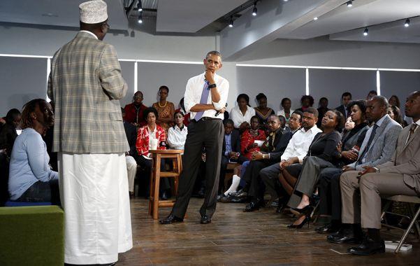 diálogo difícil. Obama tuvo varias reuniones de debate abierto con líderes comunitarios de Kenia.