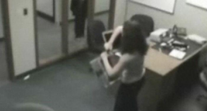 Un día de furia: estaban por despedirla, destrozó la notebook de su jefe y quedó todo filmado