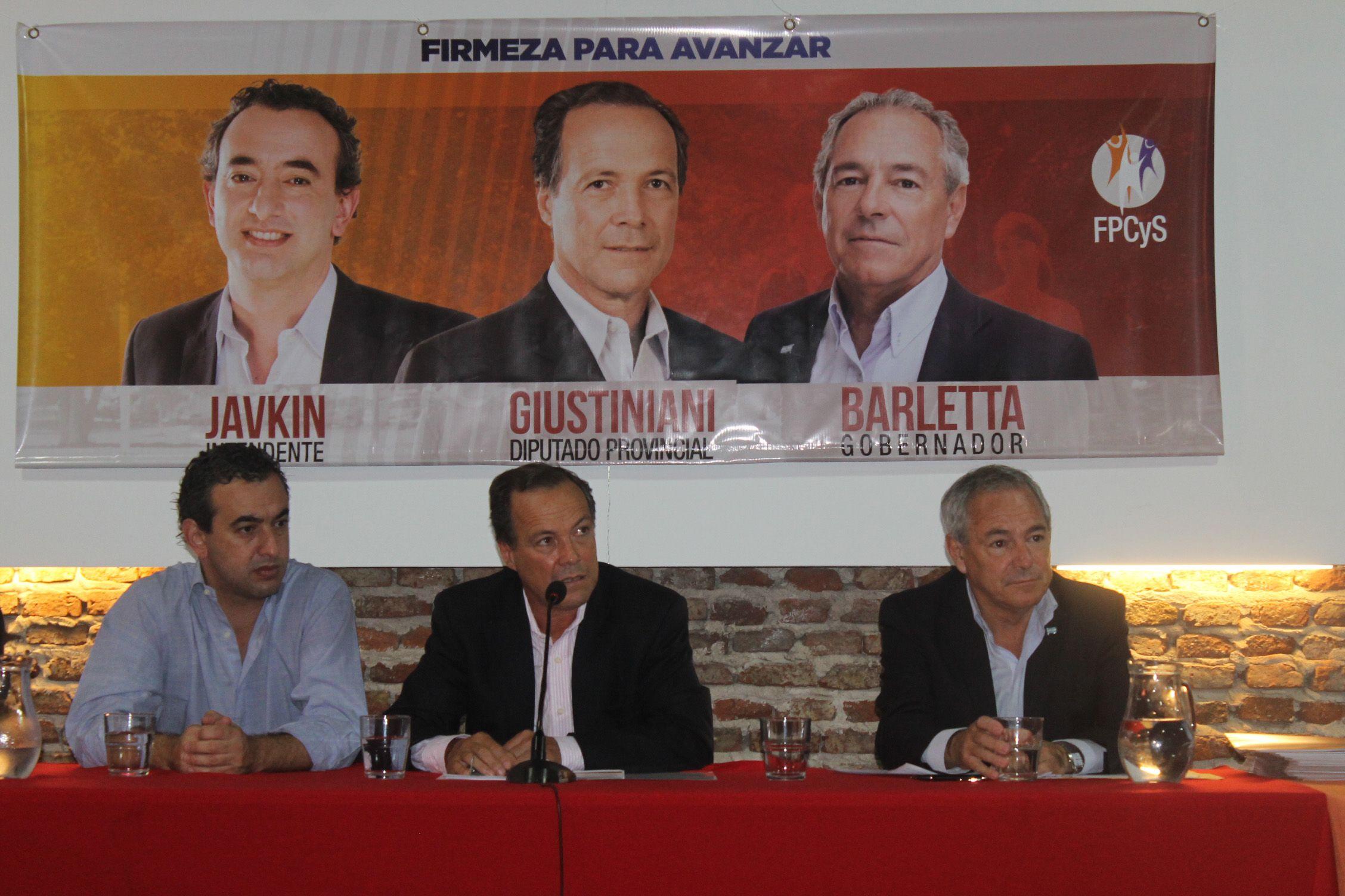 Giustiniani hizo pública su propuesta legislativa junto a Javkin y Barletta.