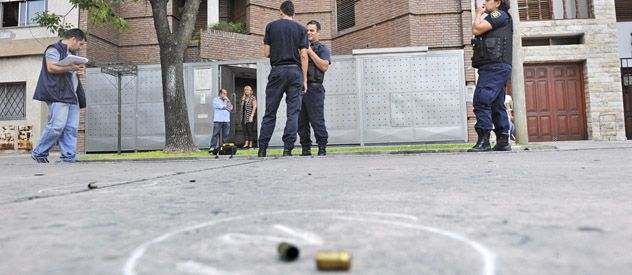 En plena tarde. La vivienda de Santiago 3041 acribillada a tiros en forma enigmática. Un auto fue perforado. (foto: Celina Mutti Lovera)