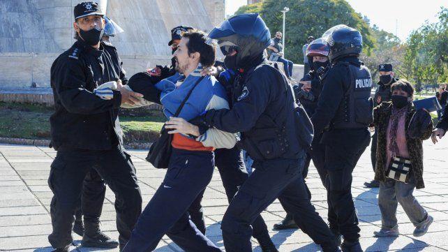 Uno de los manifestantes detenidos en el Monumento a la Bandera.