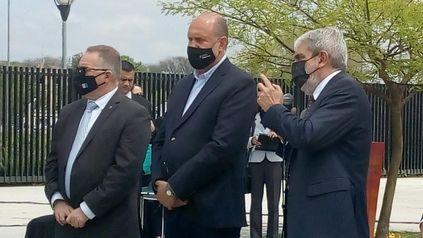 El gobernador (centro) estuvo acompañado por los ministros de Seguridad provincial y nacional, Jorge Lagna y Aníbal Fernández respectivamente. También participó el intendente Pablo Javkin.
