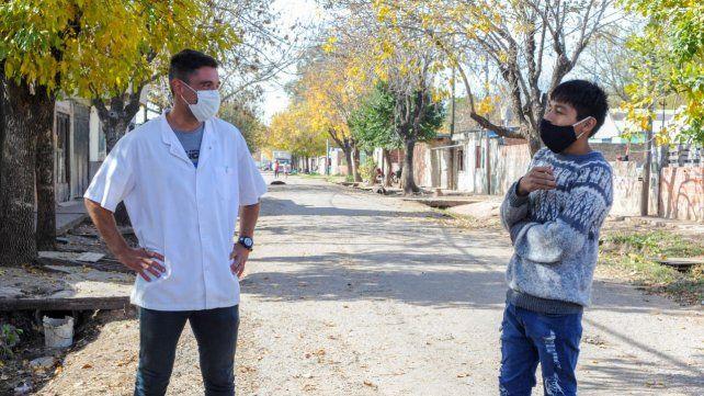 El profe Maxi y un encuentro en las calles del barrio con Gonzalo, un adolescente que fue su alumno en la primaria.