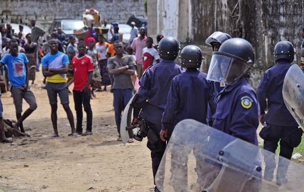 Acción. Policías antidisturbios dispersan a una multitud que bloqueó una carretera tras la aparición de un cadáver.