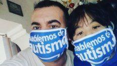 """Leopoldo Pistan: """"Las cintas azules ayudan al niño con autismo""""."""