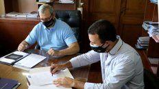 Los funcionarios provinciales, en la firma del convenio de colaboración.