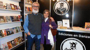 Cófreces y los libros que edita, junto a la poeta Gabriela Franco.