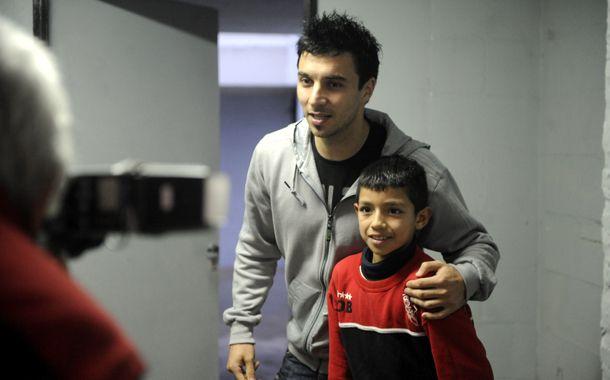Scocco posa para la foto junto a un chico que esperó pacientemente a su ídolo luego de la práctica. (Foto: M. Sarlo)