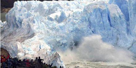 Cerca del mediodía, el glaciar Perito Moreno rompió ante pocos espectadores