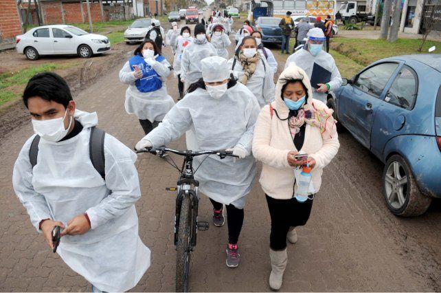POR BARRIOS. En provincia de Buenos Aires agentes sanitarios salieron a convocar a gente a que se vacune.