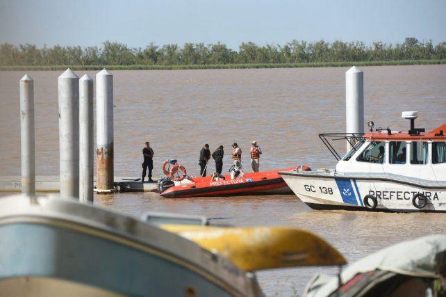 Personal policial trabaja en la zona donde encontraron el cadáver. (Foto: Silvina Salinas / La Capital)