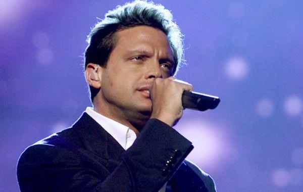 El cantante mexicano invirtió millones en la busqueda de su madre.