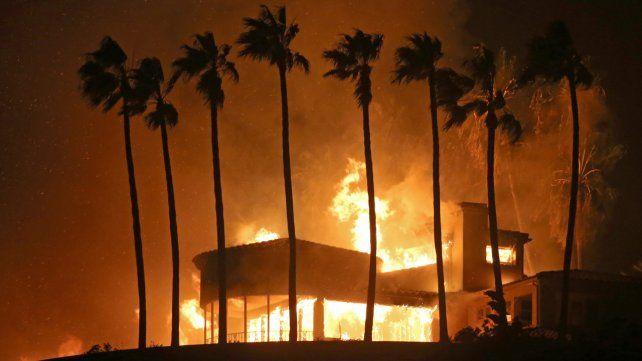 Miles de viviendas se encuentran en riesgo por los incendios en California