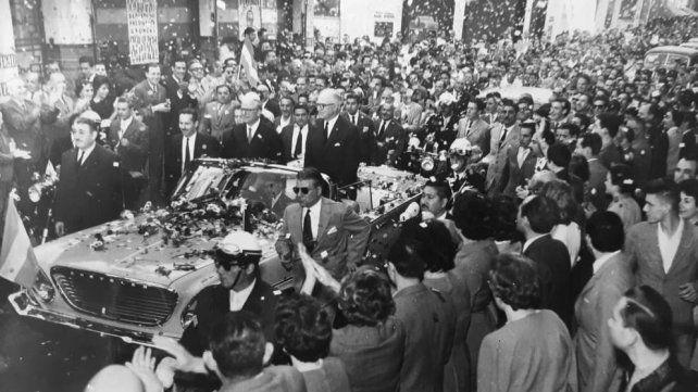 El presidente de Italia saluda a los rosarinos y rosarinas que salen a la calle a su paso.