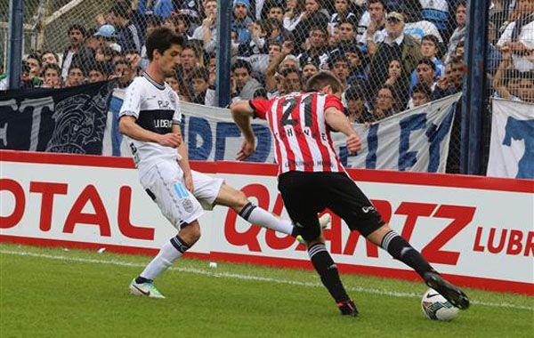 Jonathan Schunke rechaza ante la presión de Alvaro Fernández. (Foto: Gentileza El Día)