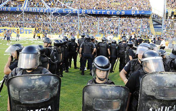Policías en acción. Los efectivos se despliegan en el césped del Gigante de Arroyito. Algunos hinchas ingresaron al campo de juego para saludar a los jugadores. Una postal que no tiene nada que ver con el fútbol.