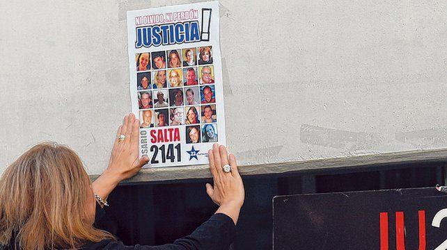 Los familiares de las víctimas de la explosión repiten cada mañana el ritual de colocar carteles en el frente del Centro de Justicia Penal.