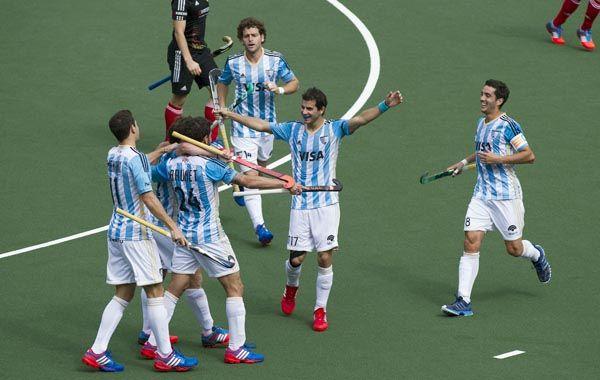 Los jugadores argentinos celebran el tanto de Manuel Brunet. (Foto: AP)