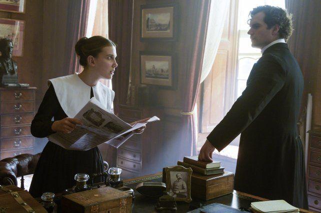 Millie Bobby Brown interpreta a Enola Holmes y Henry Cavill a su famoso hermano Sherlock.