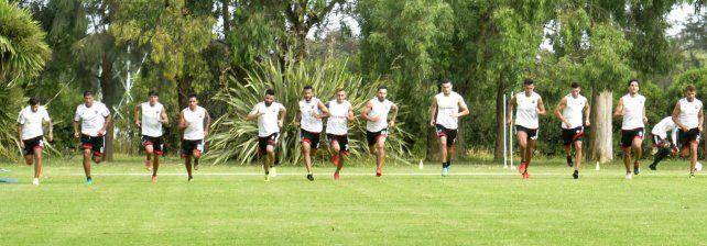 La postal del verano. El grupo de jugadores leprosos corriendo. Hace casi 80 días que no hay partidos oficiales.