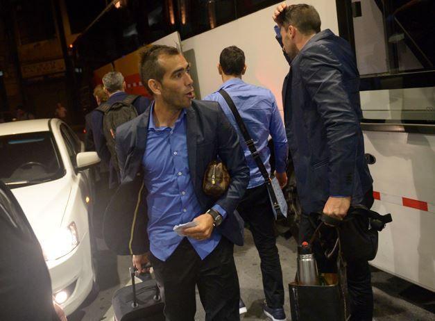Delgado junto al plantel que debió pasar la noche en Montevideo por el mal tiempo. (Foto: H. Rio)