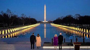 El presidente electo Joe Biden y su esposa, junto a la vicepresidenta electa Kamala Harris y su esposo, encabezaron ayer un acto de conmemoración por las víctimas de coronavirus.