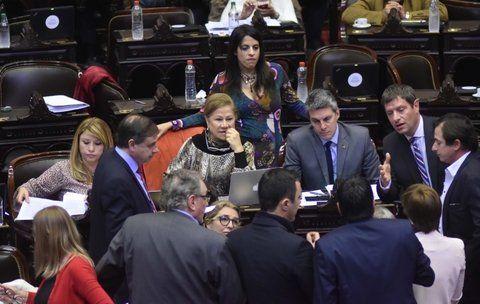 negociaciones. Diputados charlan durante la sesión caliente de ayer.