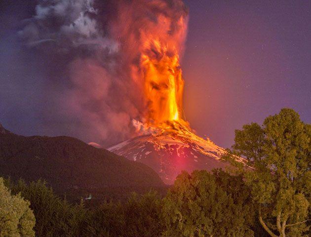La sucesión de explosiones en tonalidades anaranjadas en el cráter del volcán iluminaron una despejada noche en el sur de Chile