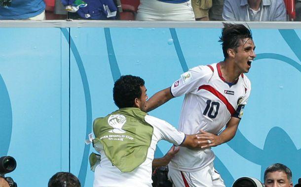 La sorpresa. Ruiz convierte el gol ante Italia. Luego el volante y otros seis jugadores fueron al antidopaje.