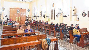Incesantes Oraciones. Los habitantes del pueblo se reunieron en la iglesia a pedir por la vida de los jóvenes.