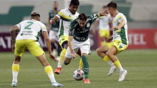 Felipe Melo pelea por el balón con Nicolás Tripichio y Adonis Frias (de espaldas).