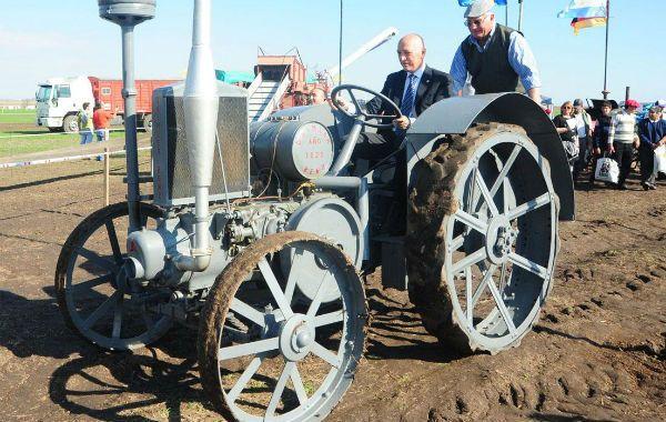 El gobernador Antonio Bonfatti se dio el gusto de conducir un antiguo tractor.