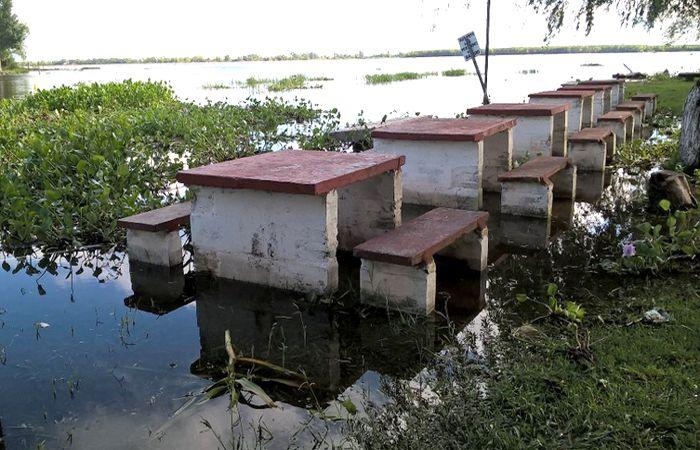 El camping municipal ubicado al lado del Complejo del Parque Alem se ecuentra invadido por el agua. (Foto Twitter)