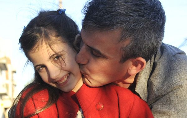 Juntos otra vez. Sandro Garrido al fin pudo besar y abrazar a la pequeña Carolina