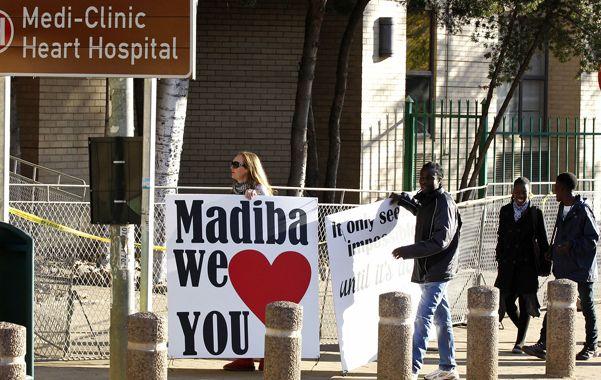 Vigilia. Seguidores de Mandela lo alientan frente al hospital de Pretoria.