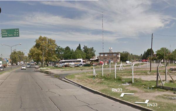 Avenida Perón al 7.300 la zona en que fue abordado y agredido el joven al que le robaron el auto. (Foto: captura de Street View)