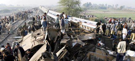 Descarriló un tren en Pakistán: mueren 75 personas